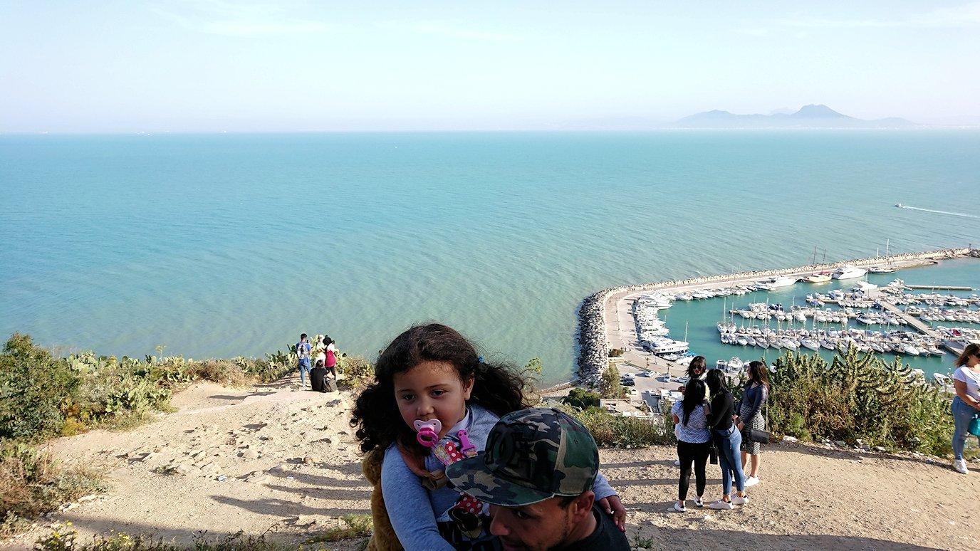 チュニジア:シディ・ブ・サイドの街の次なる絶景ポイントにて1