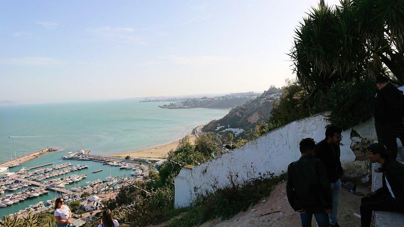 チュニジア:シディ・ブ・サイドの街の次なる絶景ポイントにて2