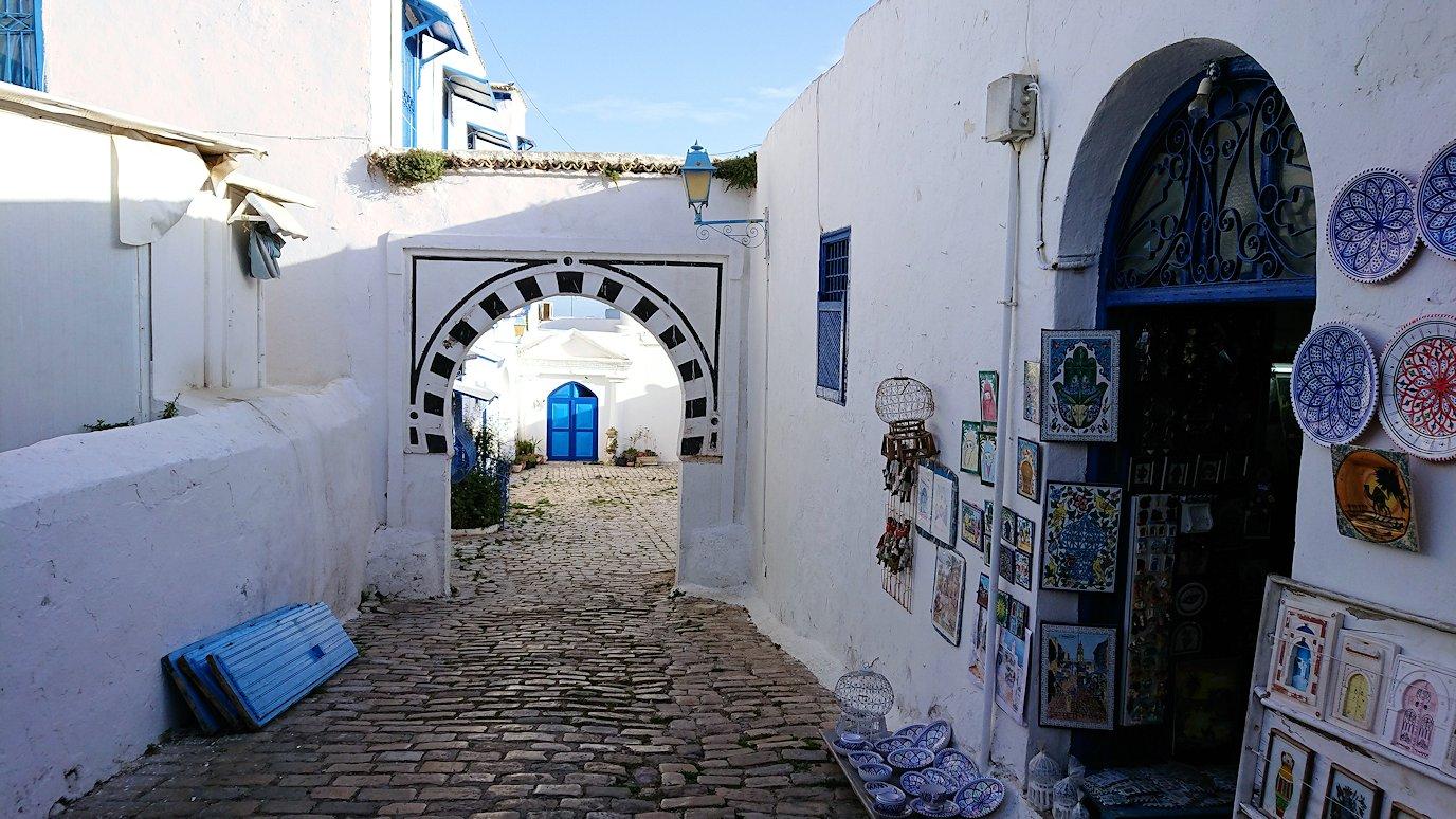 チュニジア:シディ・ブ・サイドで海岸に降りた道を登って行く7