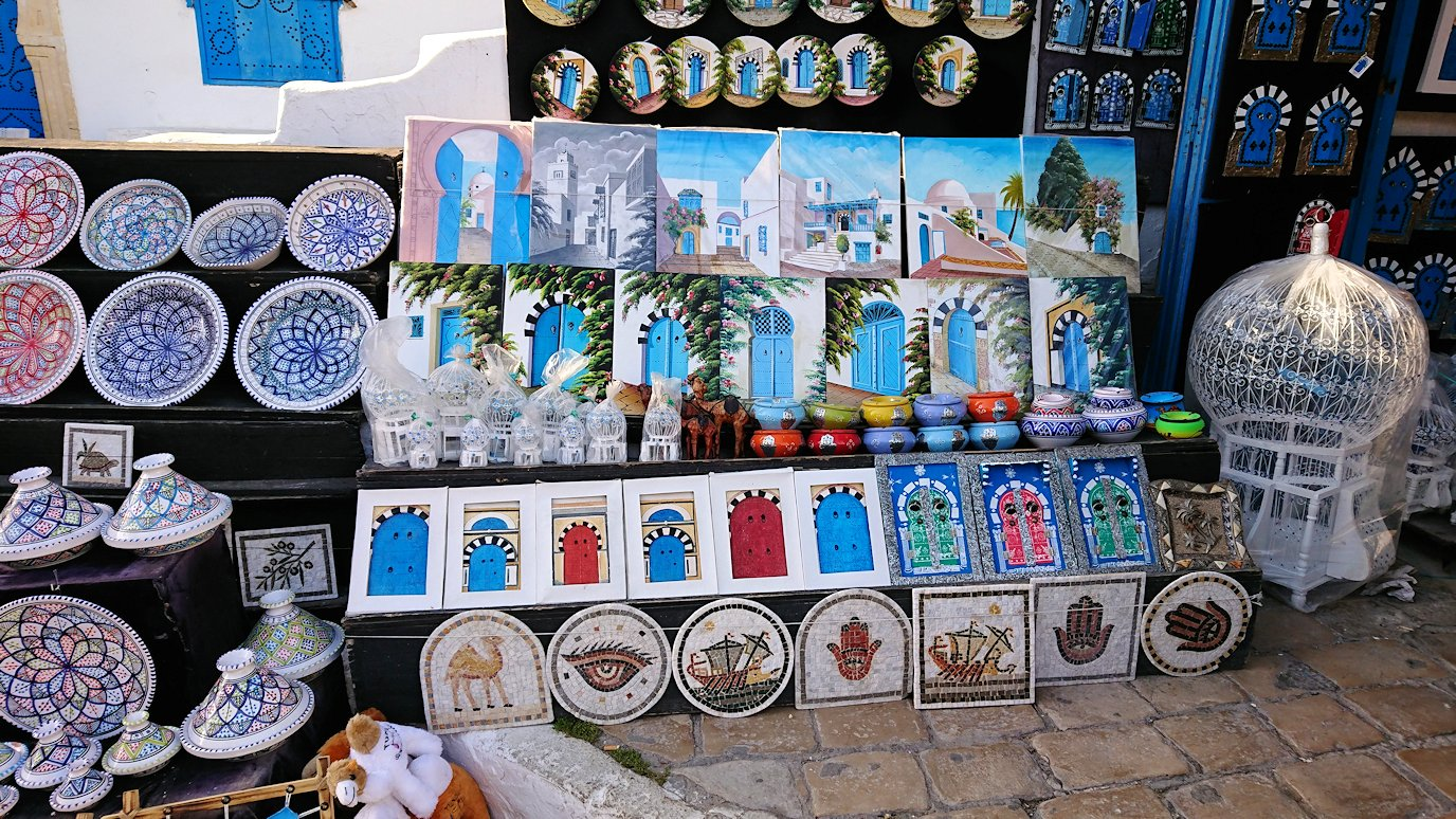 チュニジア:シディ・ブ・サイドで海岸に降りた道を登って行く8
