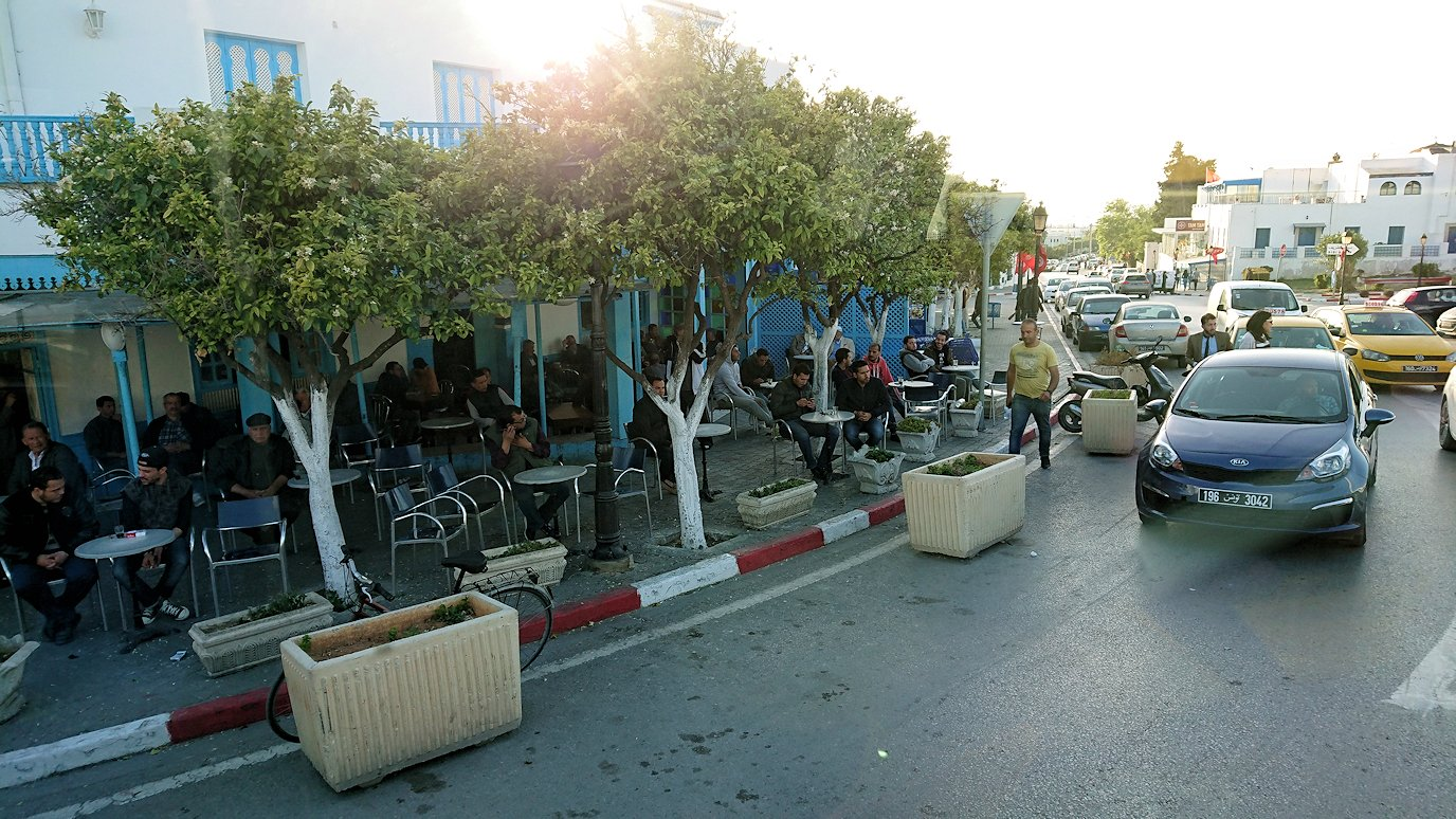 チュニジア:シディ・ブ・サイドから夕食レストランに向かう