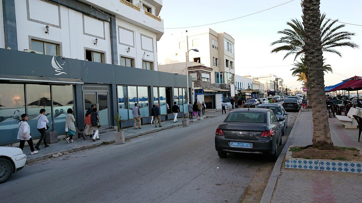 チュニジア:ラ・グレットにあるレストランに入る