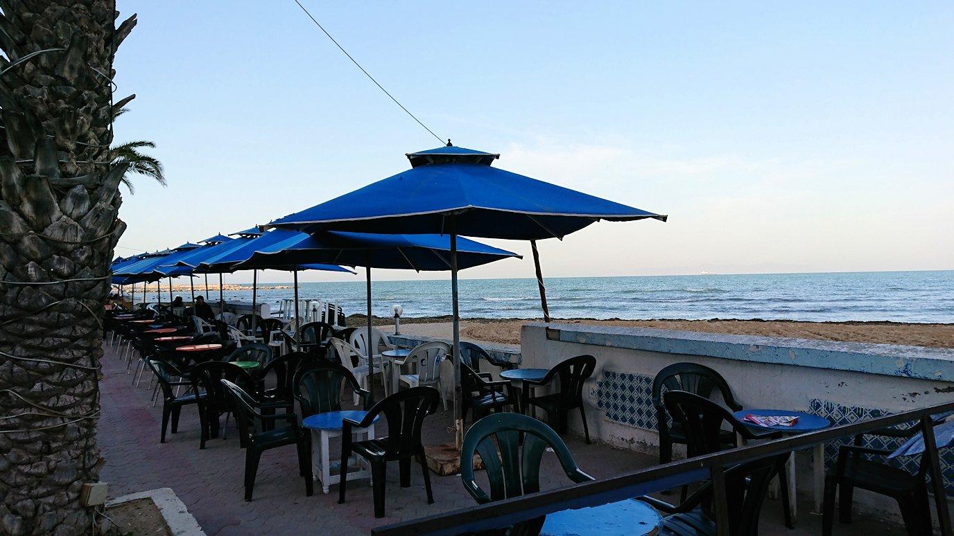 チュニジア:ラ・グレットにあるレストランに入る1