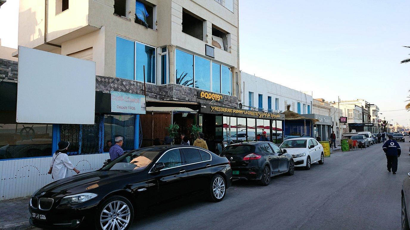 チュニジア:ラ・グレットにあるレストランに入る2