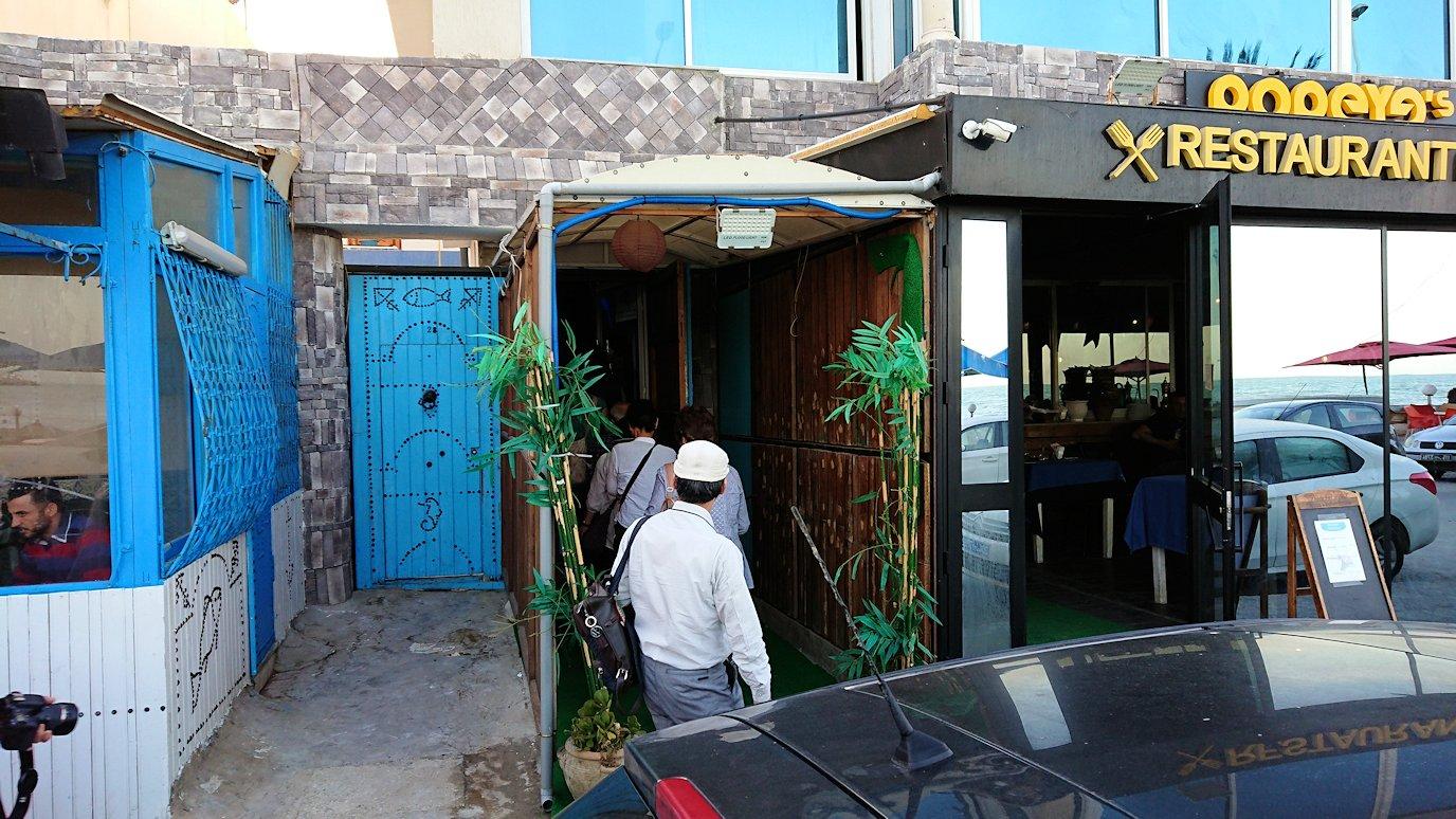 チュニジア:ラ・グレットにあるレストランに入る3