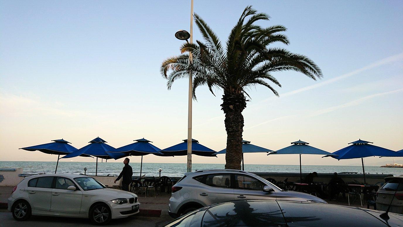 チュニジア:ラ・グレットにあるレストランに入る4