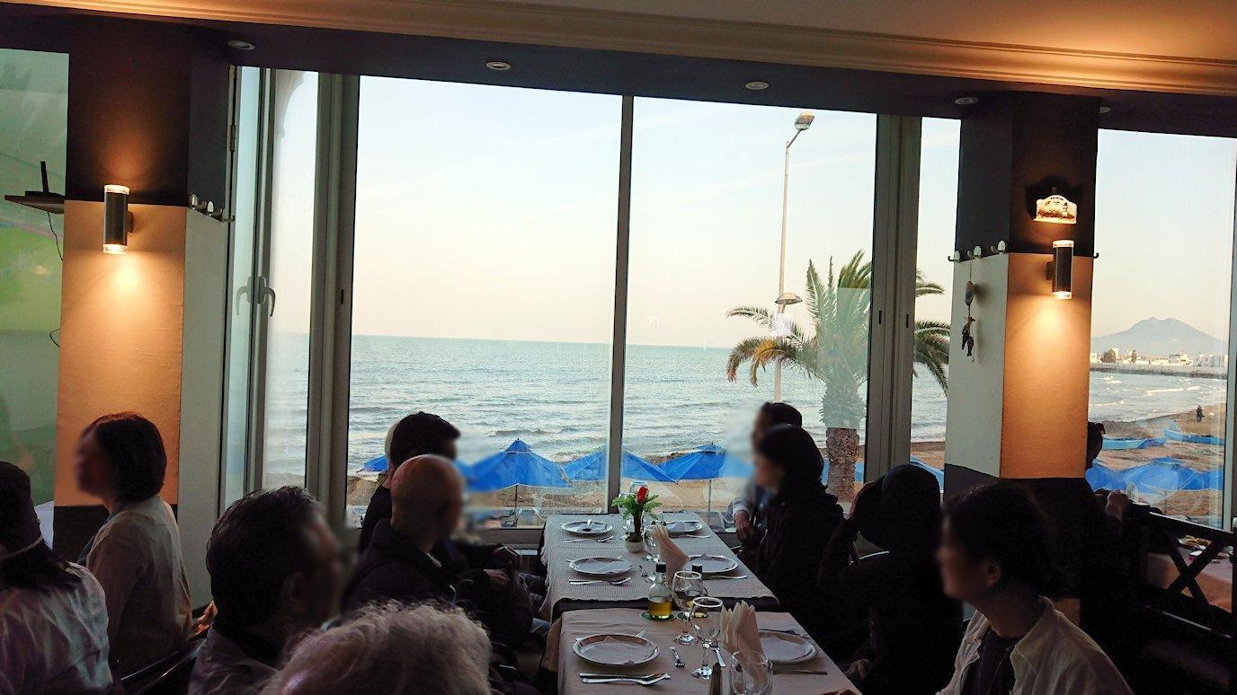 チュニジア:ラ・グレットにあるレストランに入る9