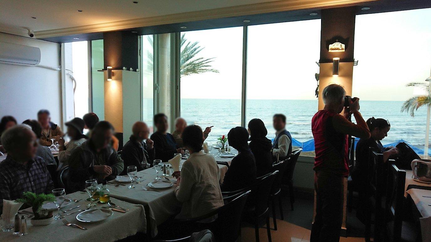 チュニジア:ラ・グレットにあるレストランでビールで乾杯