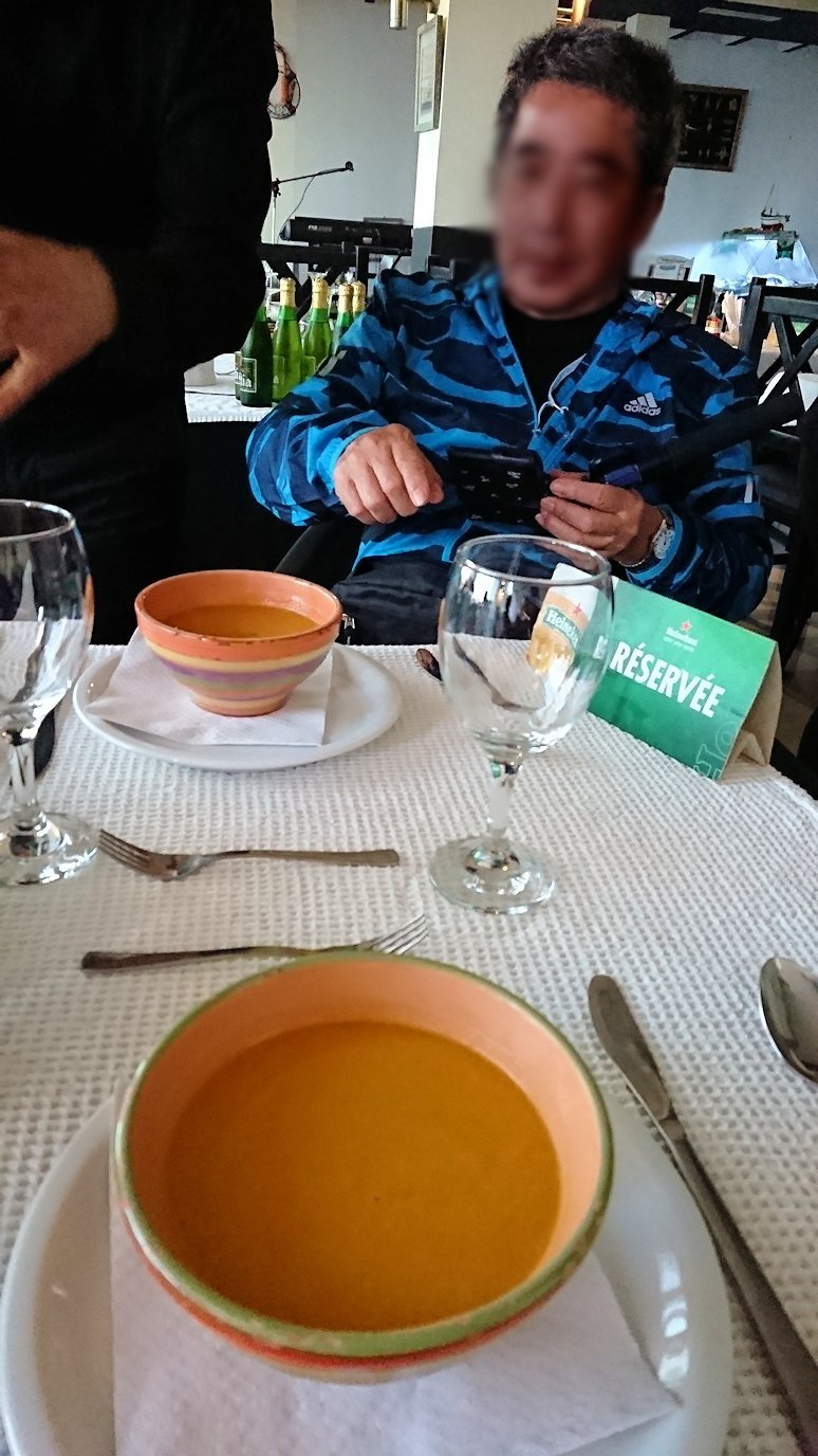 チュニジア:ラ・グレットにあるレストランでビールで乾杯3