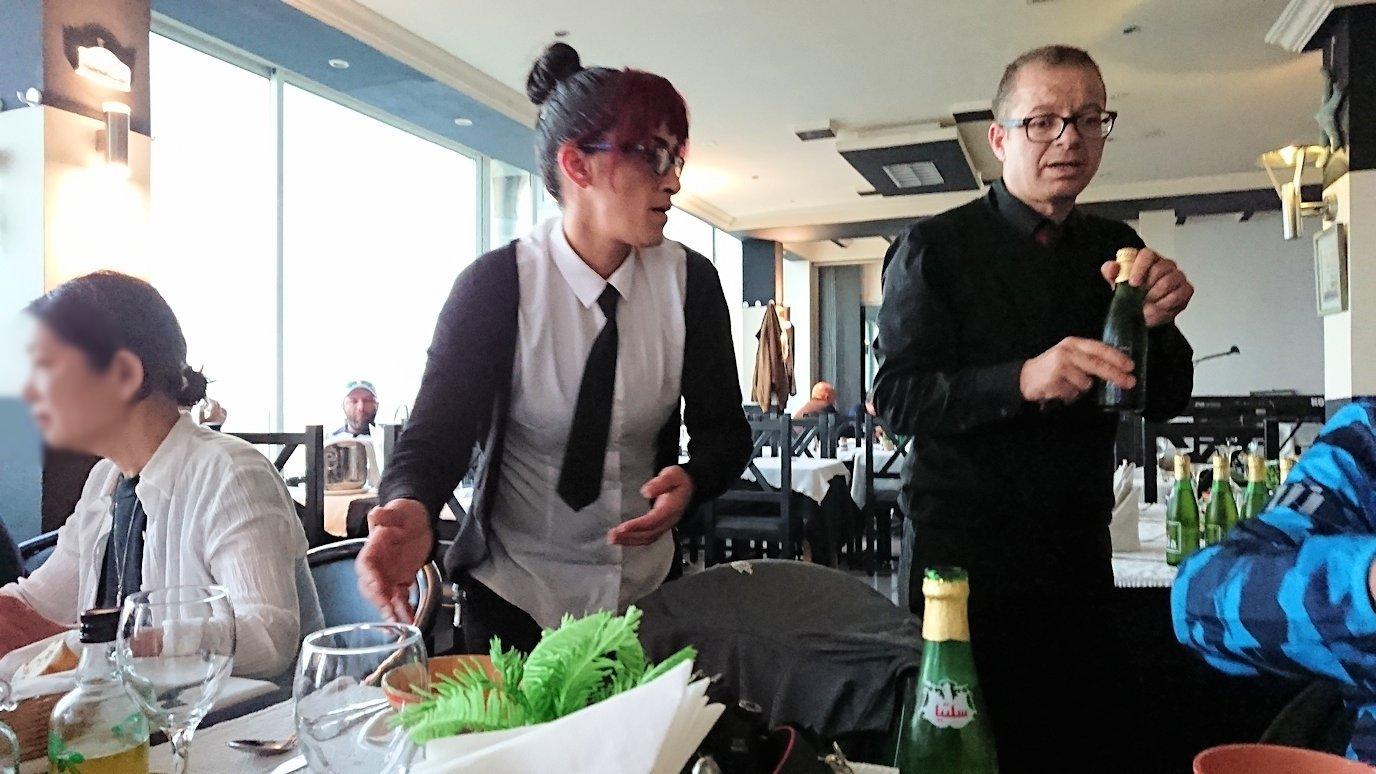 チュニジア:ラ・グレットにあるレストランでビールで乾杯4
