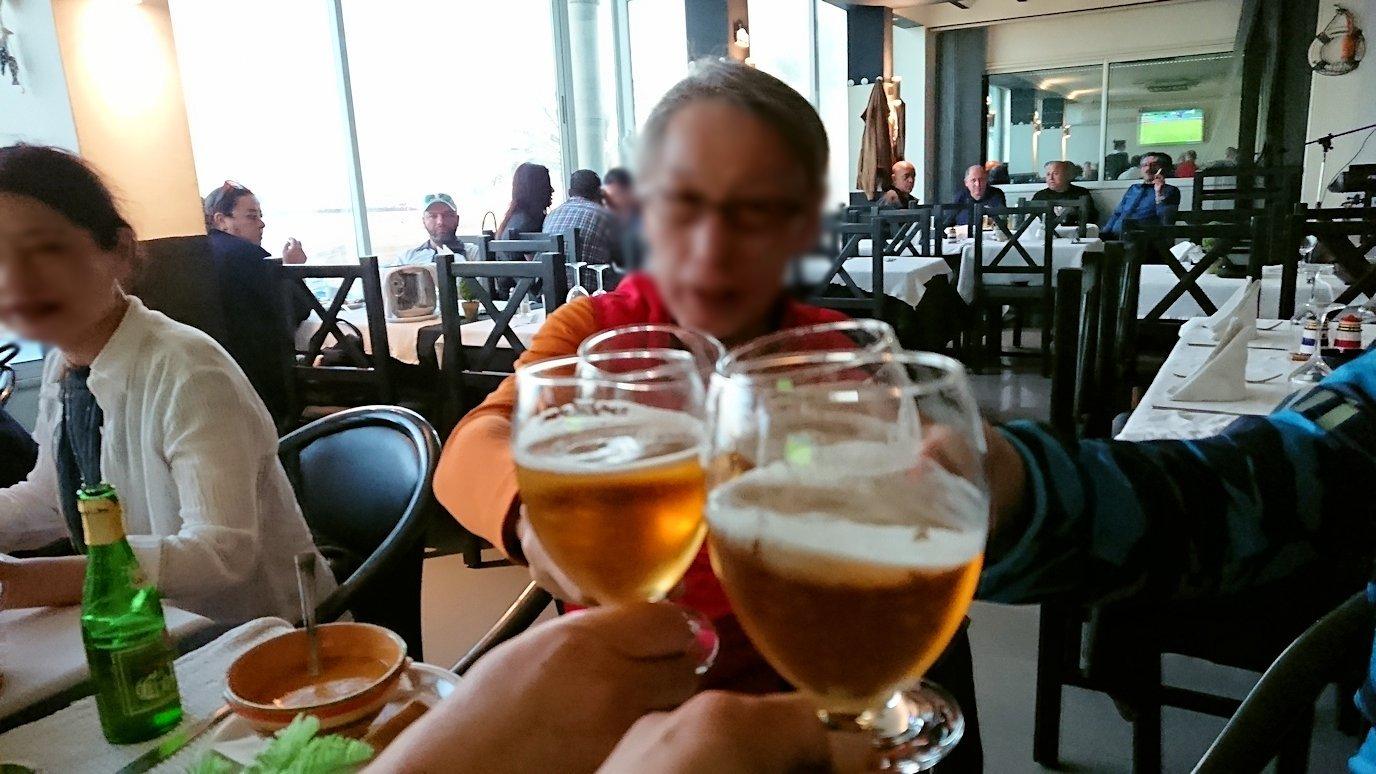 チュニジア:ラ・グレットにあるレストランでビールで乾杯6