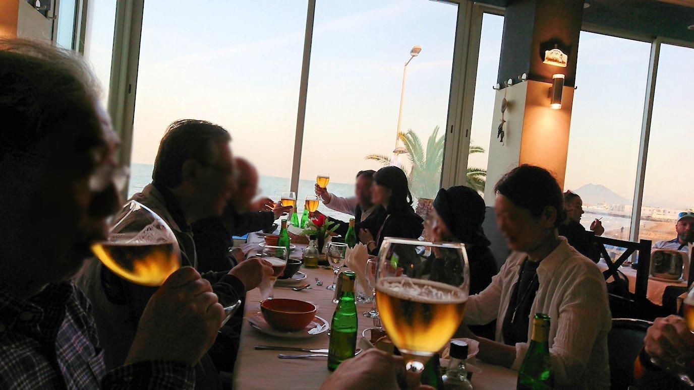 チュニジア:ラ・グレットにあるレストランでビールで乾杯8