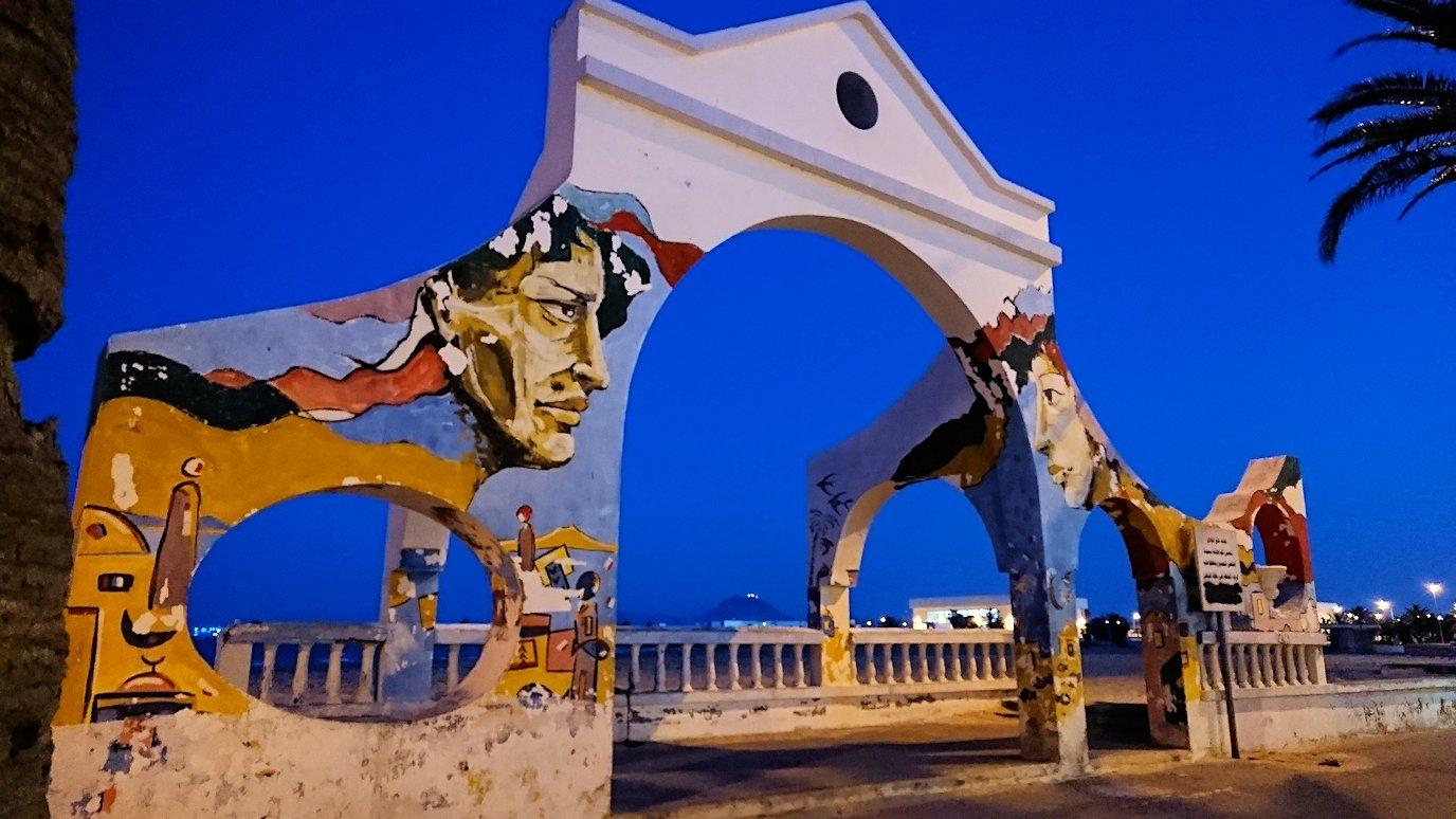 チュニジア:ラ・グレットにあるレストランからバスに戻る