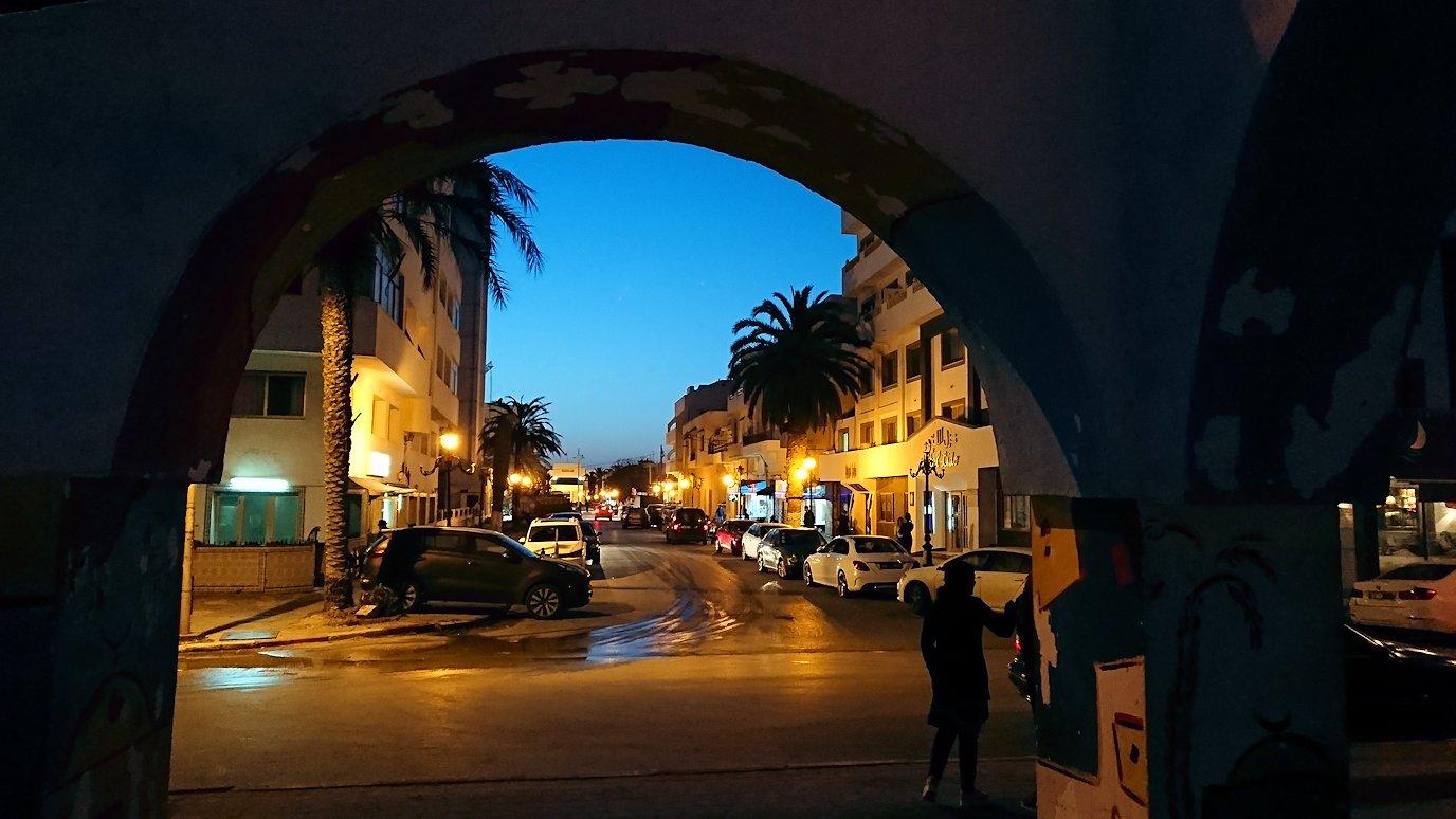チュニジア:ラ・グレットにあるレストランからバスに戻る1