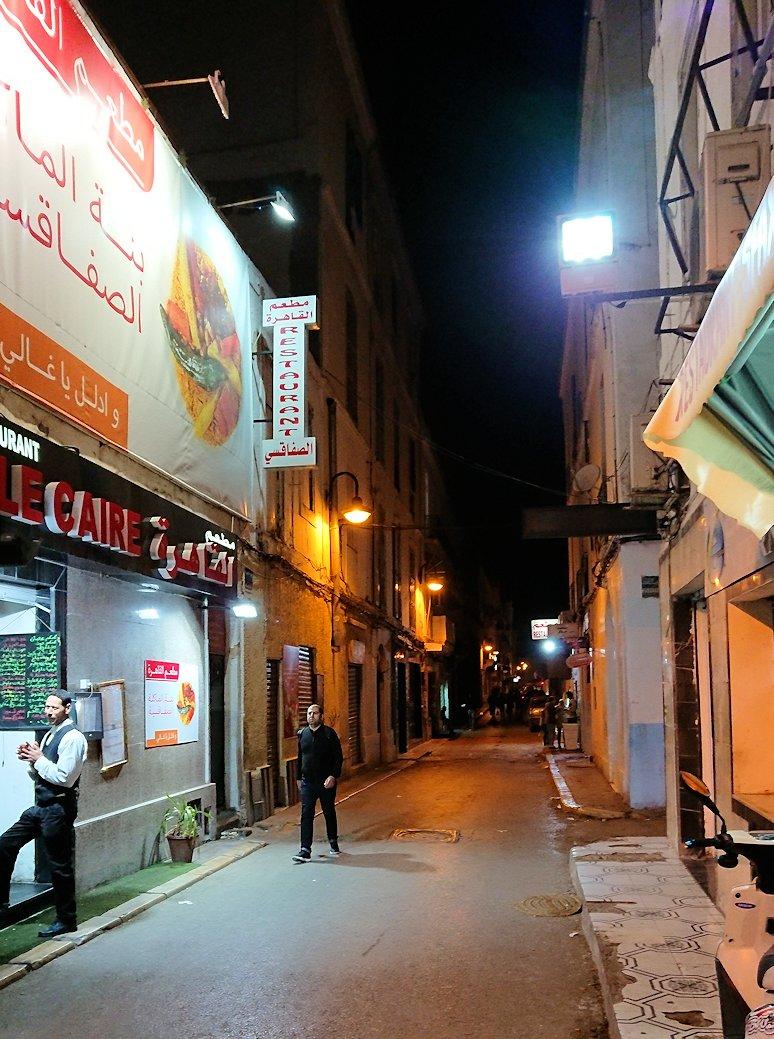 チュニジア:チュニスの夜にスーパーマーケットを訪れる