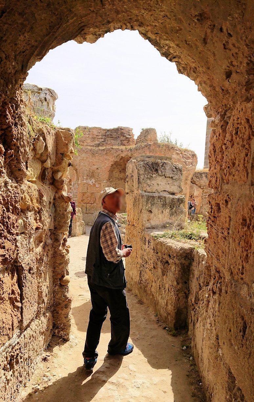 チュニジア:カルタゴ遺跡のアントニヌスの共同浴場内を見ていく2