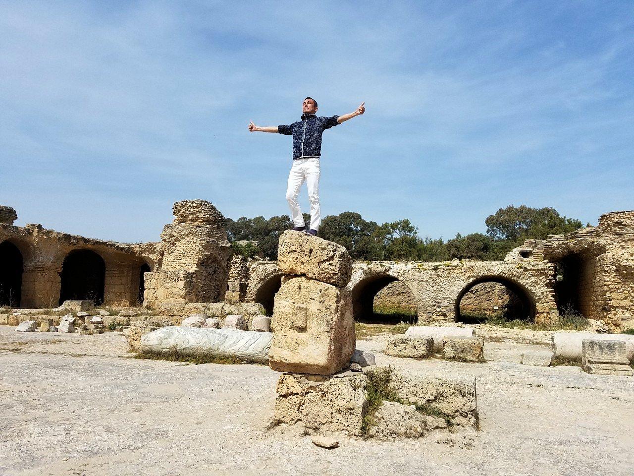 チュニジア:カルタゴ遺跡のアントニヌスの共同浴場内で記念撮影タイム1