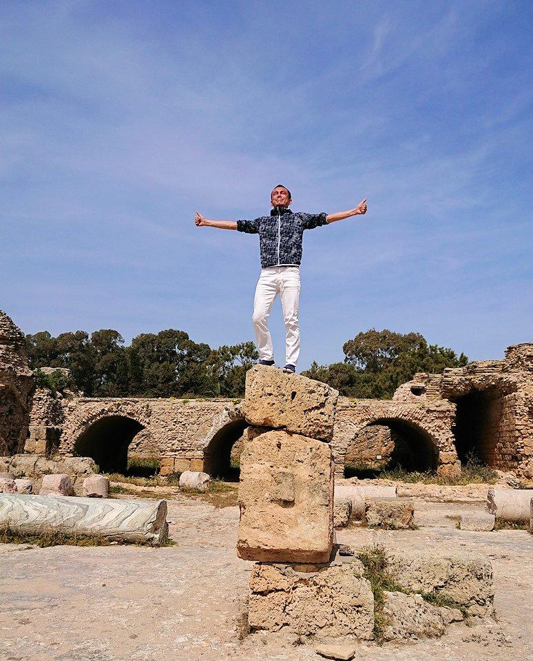 チュニジア:カルタゴ遺跡のアントニヌスの共同浴場内で記念撮影タイム