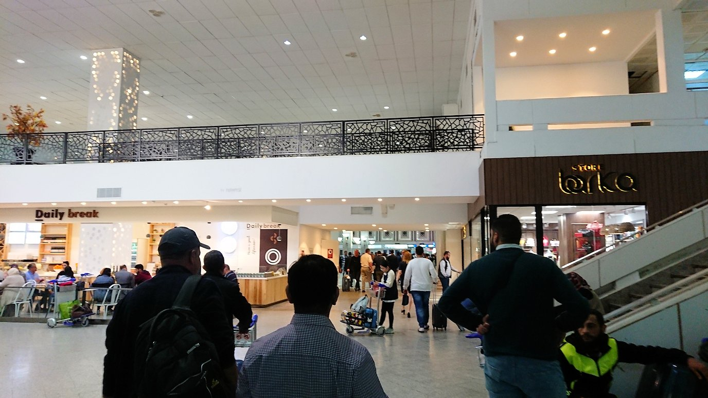 チュニジア:チュニス空港に入る9