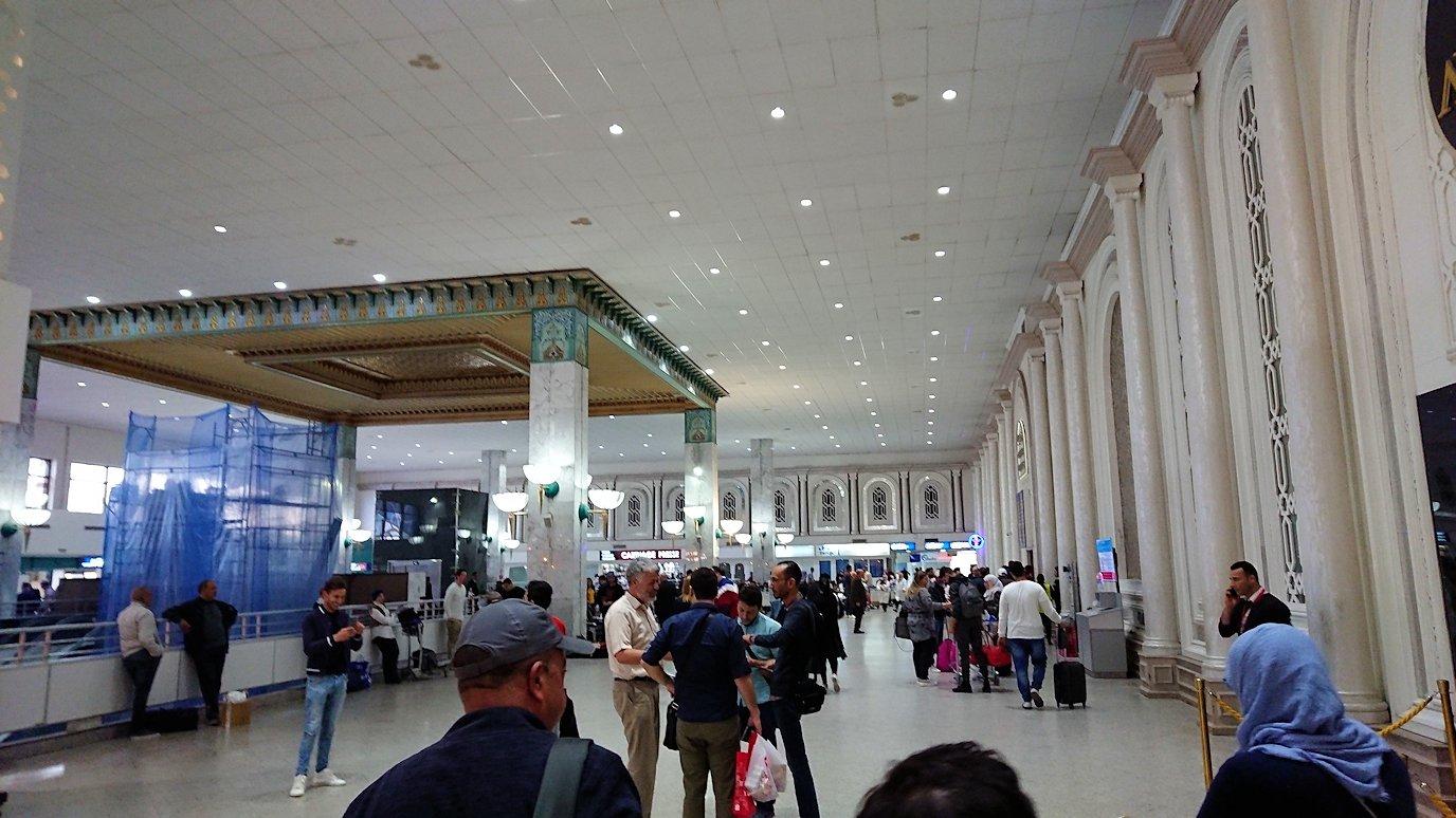 チュニジア:チュニス空港で出国審査を受ける