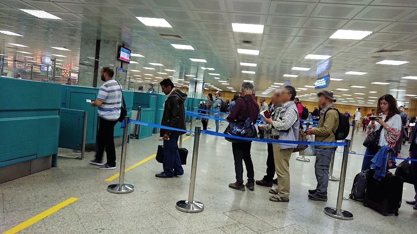 チュニジア:チュニス空港で出国審査を受ける2