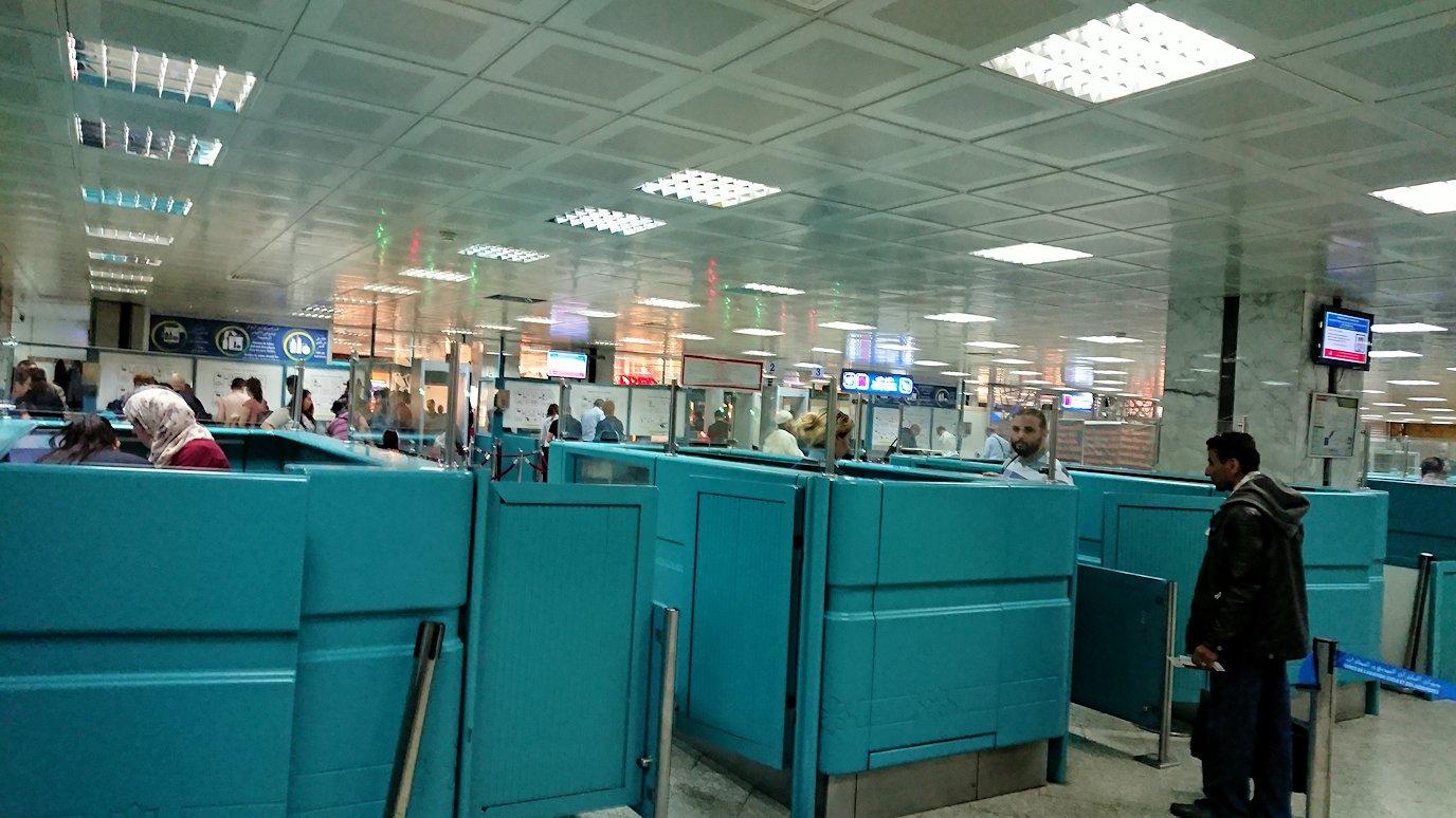 チュニジア:チュニス空港で出国審査を受ける3