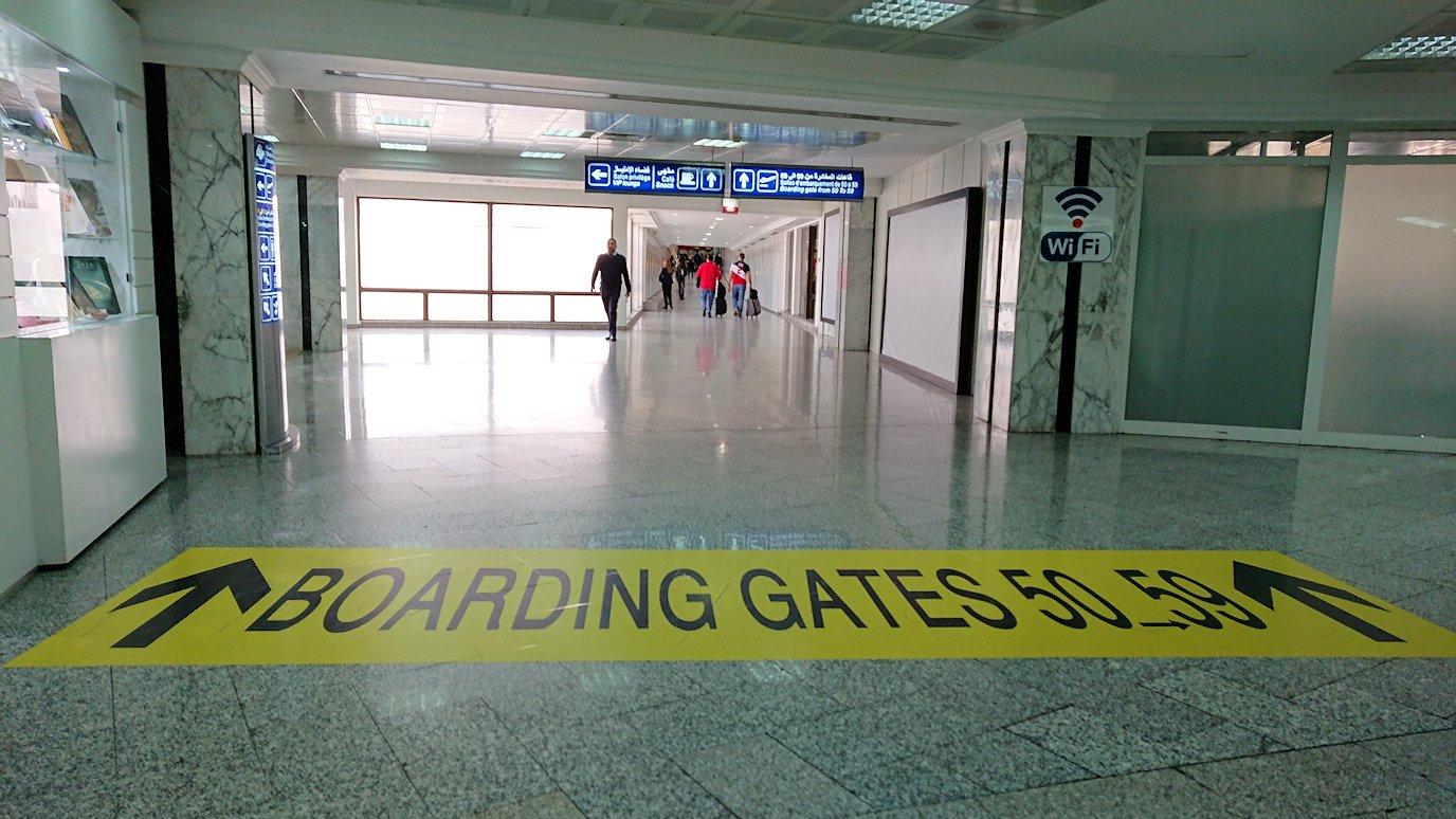 チュニジア:チュニス空港で国際線ターミナル内に入る1