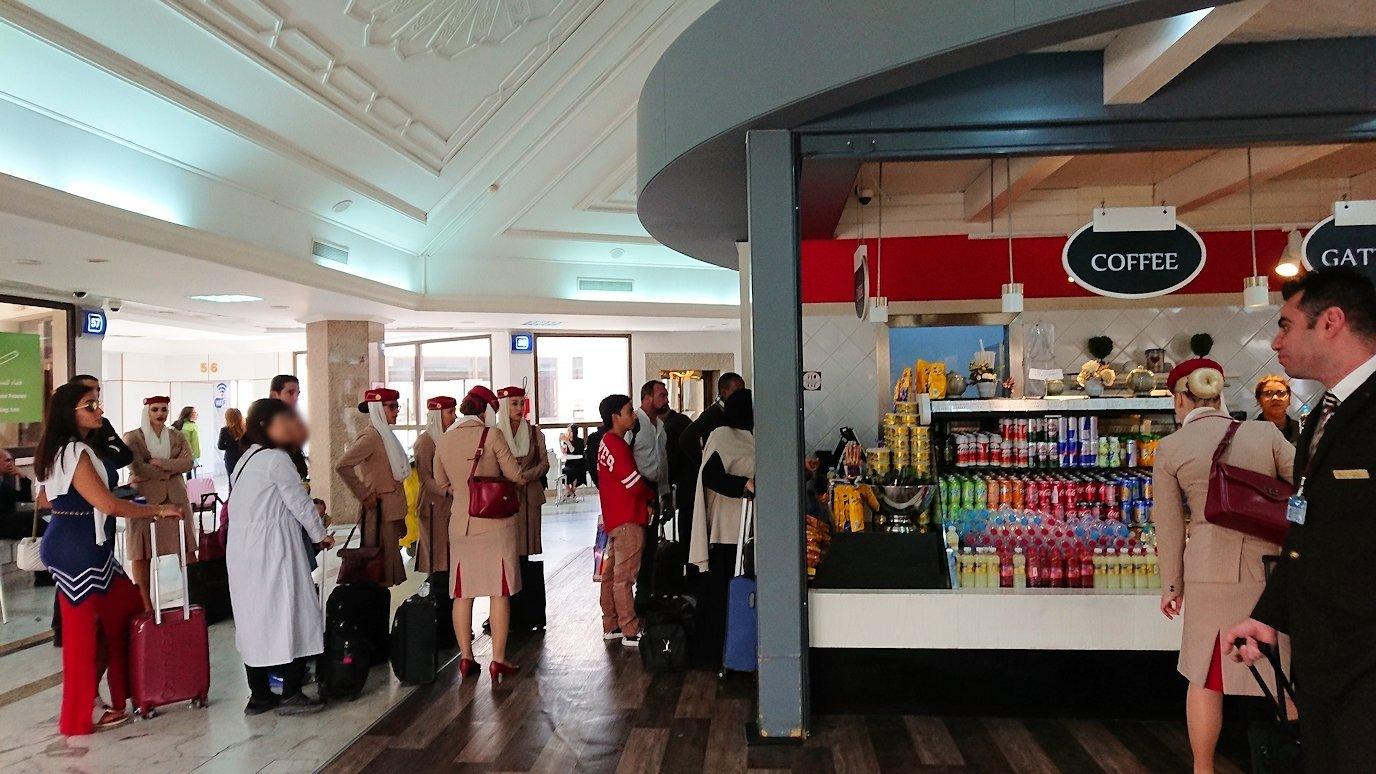 チュニジア:チュニス空港で国際線ターミナル内のラウンジにて9