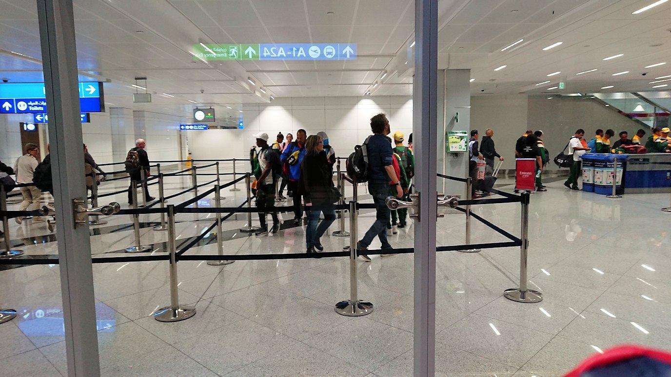 チュニジア:チュニス空港でドバイで乗換の為に移動する4
