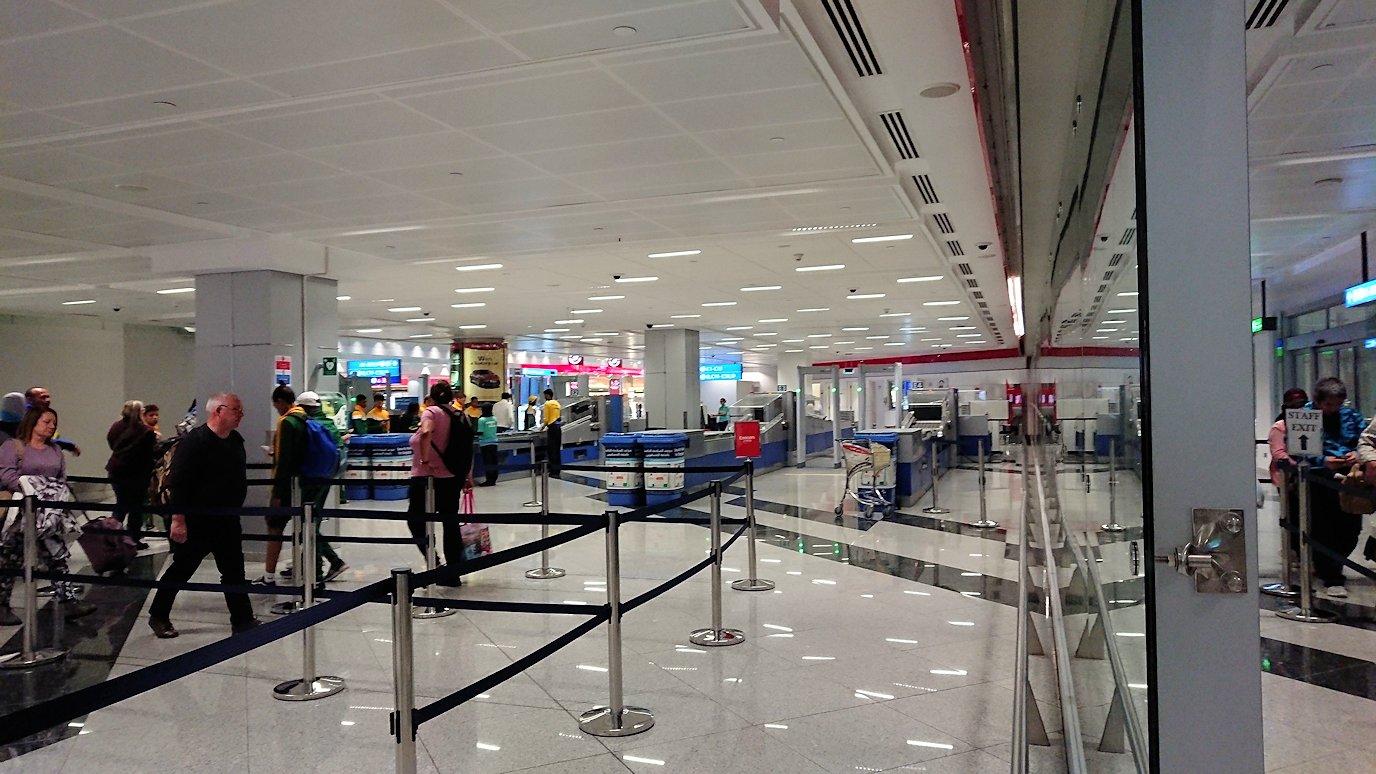チュニジア:チュニス空港でドバイで乗換の為に移動する5