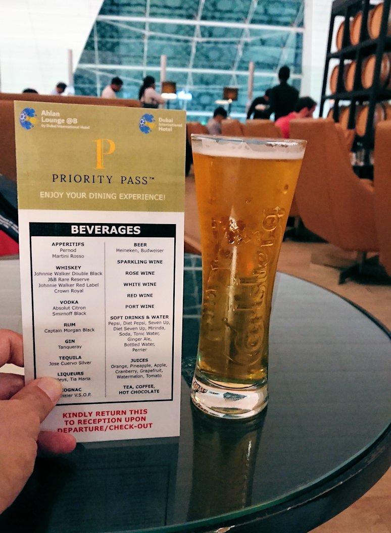 チュニジア:チュニス空港でドバイでラウンジでアルコールを