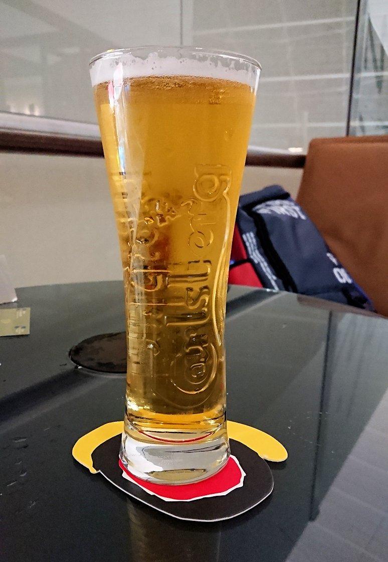 チュニジア:チュニス空港でドバイでラウンジでアルコールを2