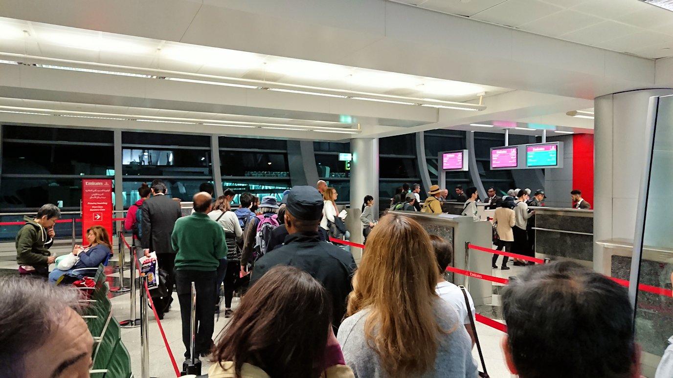 チュニジア:チュニス空港でドバイで関空行の飛行機に乗り込む6