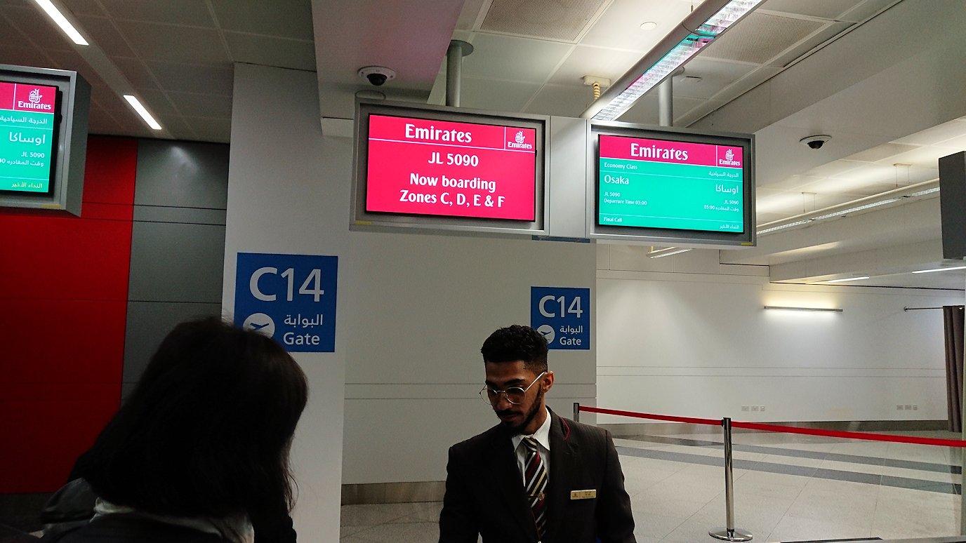 チュニジア:チュニス空港でドバイで関空行の飛行機に乗り込む7