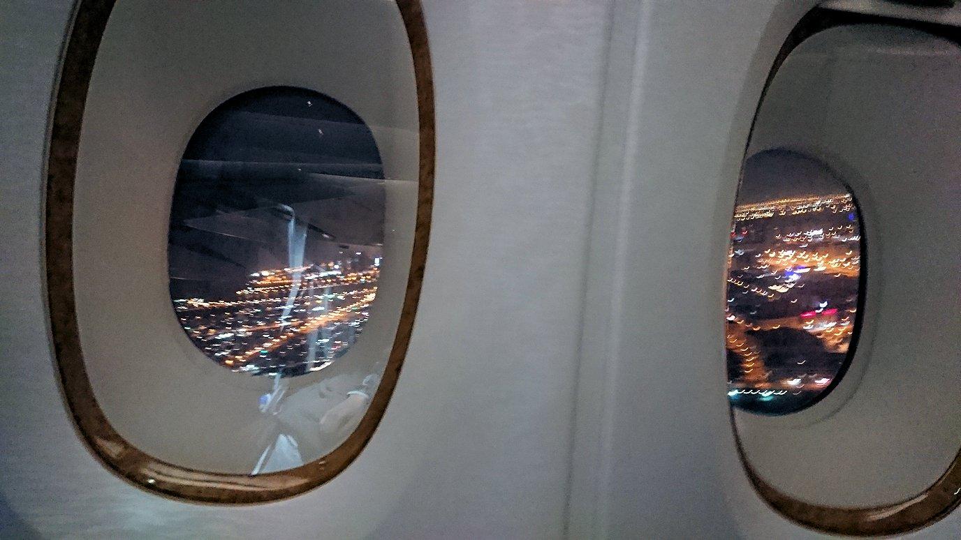 チュニジア:チュニス空港でドバイで関空行の飛行機にて関空へ向かう