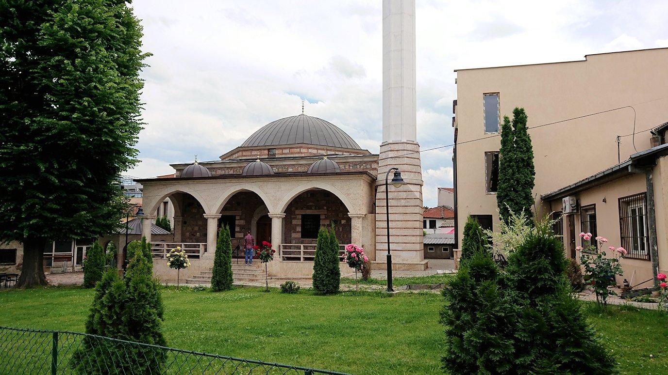 北マケドニアのスコピエ市内で観光する4