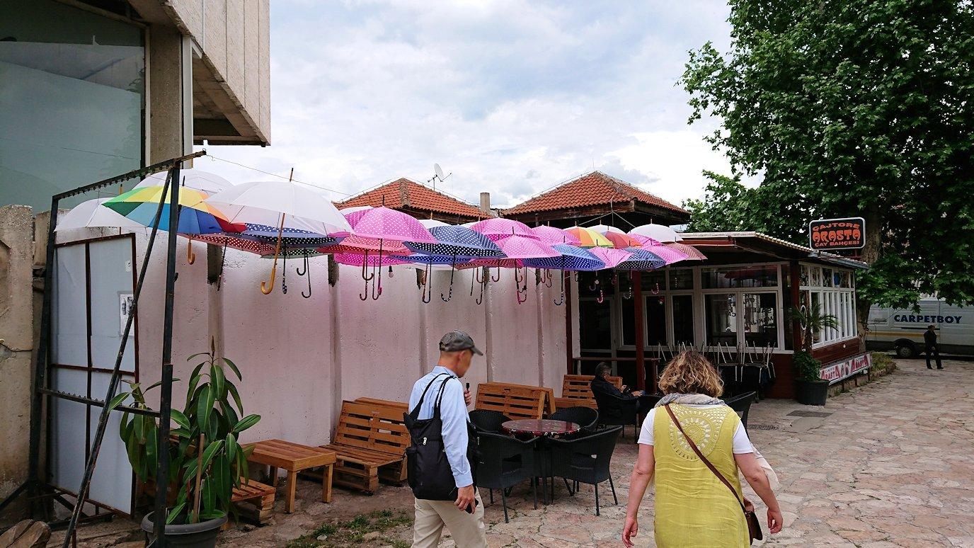 北マケドニアのスコピエ市内で観光する3