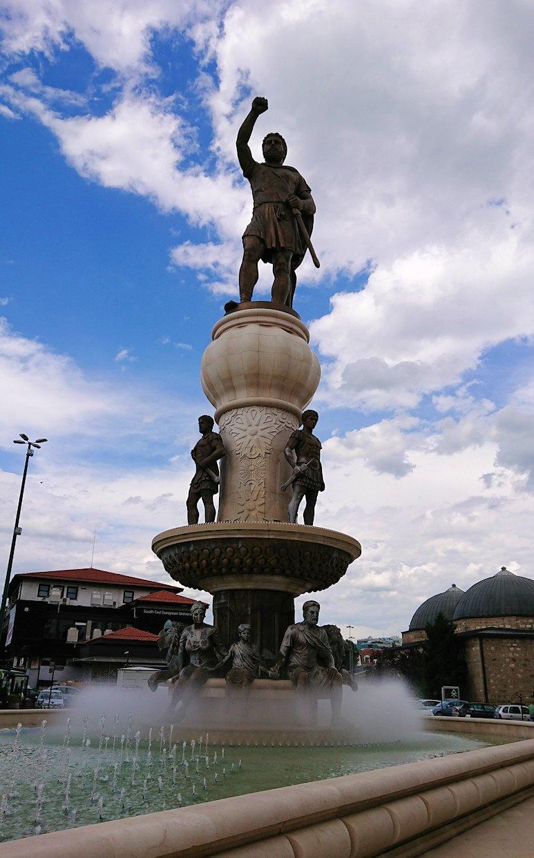 北マケドニアのスコピエ市内でオールドバザールを進んで像を見上げる5