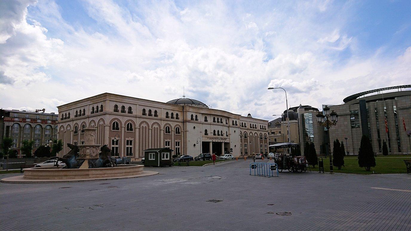 北マケドニアのスコピエ市内でオールドバザールを進んで像を見上げる9