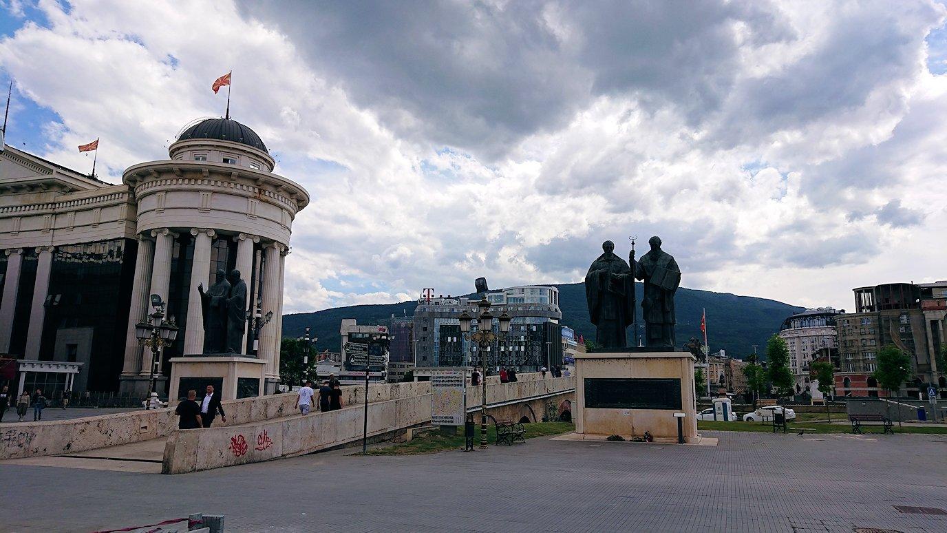 北マケドニアのスコピエ市内でオールドバザールを進んで像を見上げる