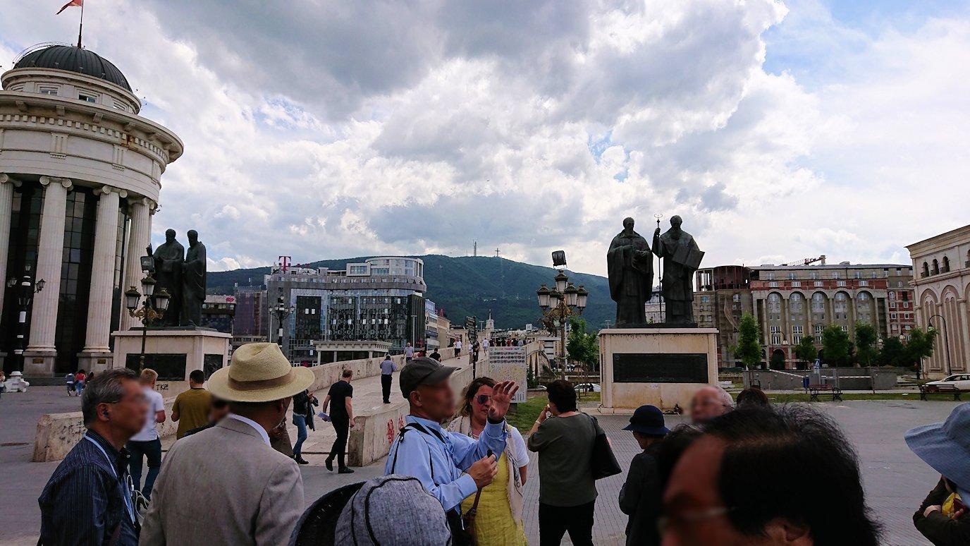 北マケドニアのスコピエ市内でオールドバザールを進んで像を見上げる2