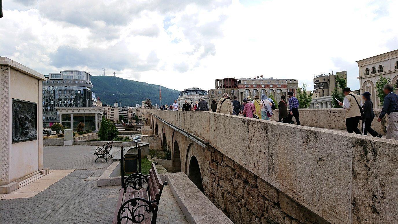 北マケドニアのスコピエ市内で石橋を渡って見える景色4