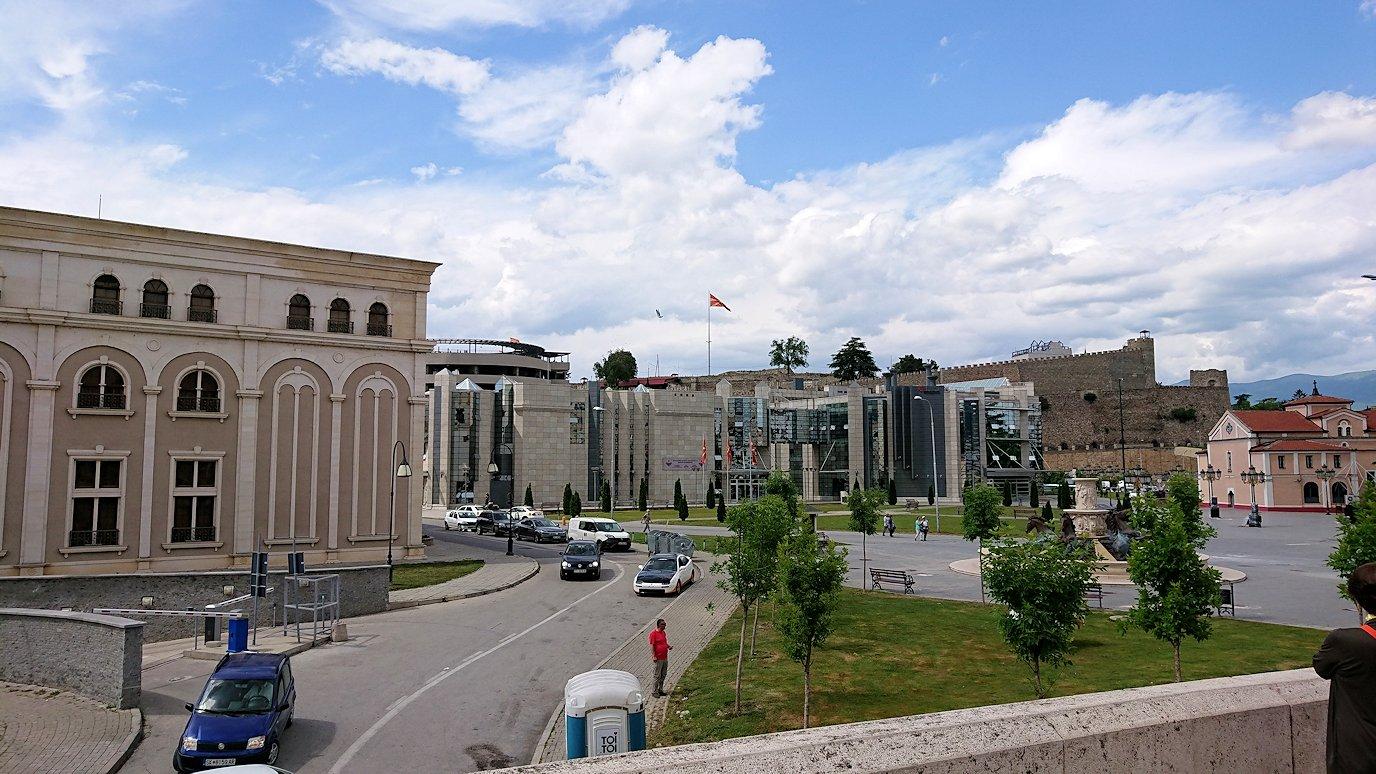 北マケドニアのスコピエ市内で石橋を渡って見える景色5