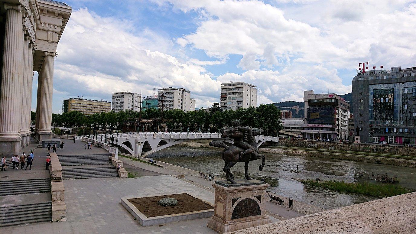 北マケドニアのスコピエ市内で石橋を渡って見える景色7