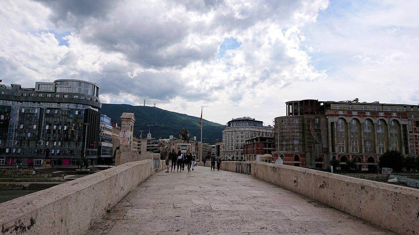 北マケドニアのスコピエ市内で石橋を渡って見える景色8