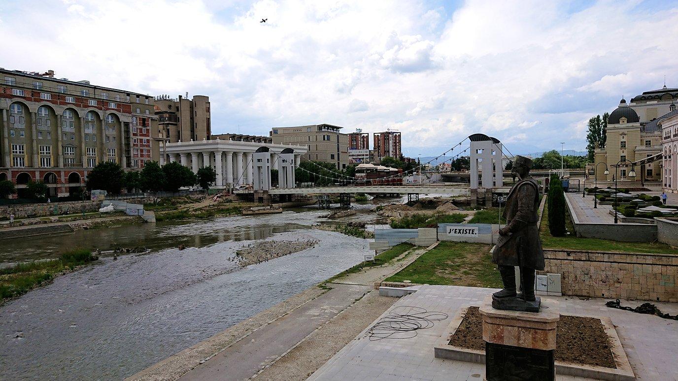 北マケドニアのスコピエ市内で石橋を渡って見える景色9