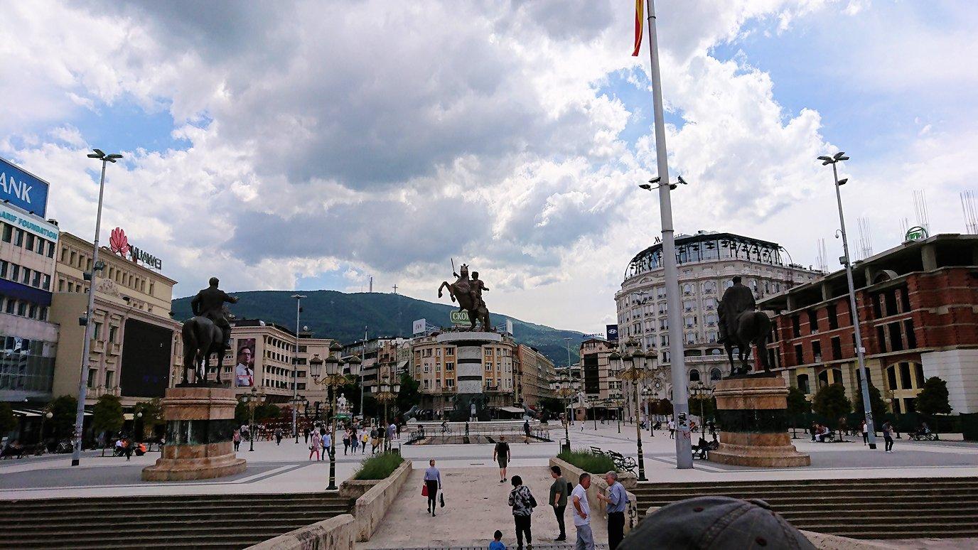 北マケドニアのスコピエ市内で石橋を渡って見える景色