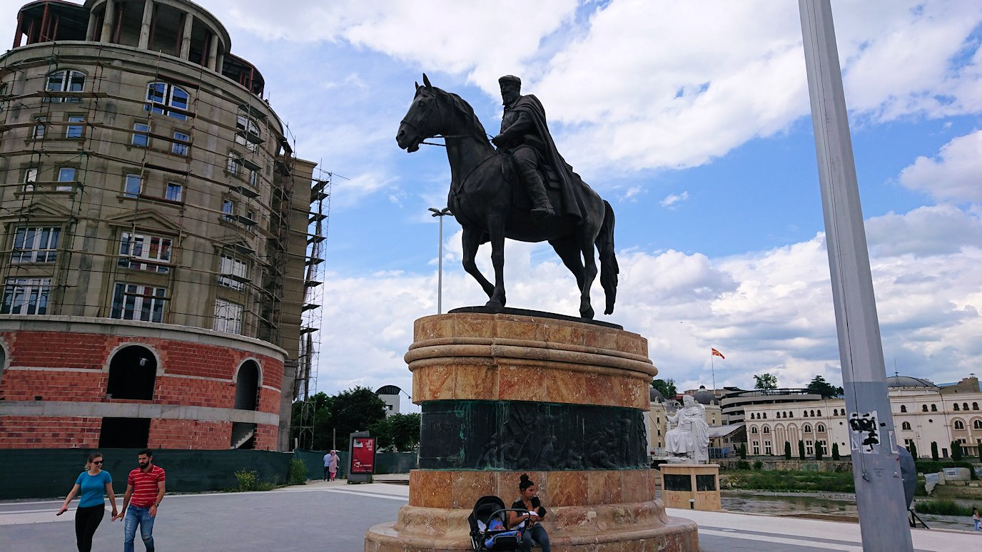 北マケドニアのスコピエ市内で石橋を渡って見える景色1