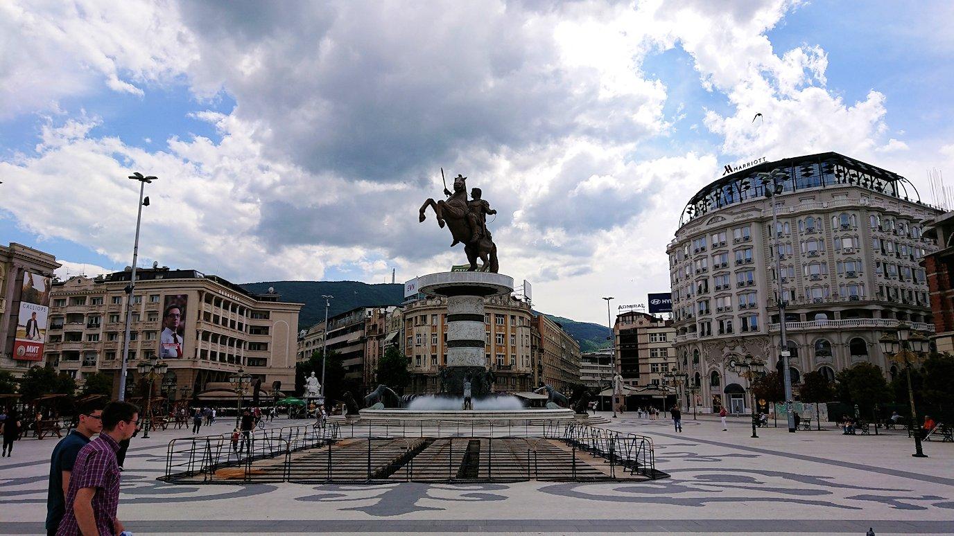 北マケドニアのスコピエ市内で石橋を渡ってマケドニア広場に進む