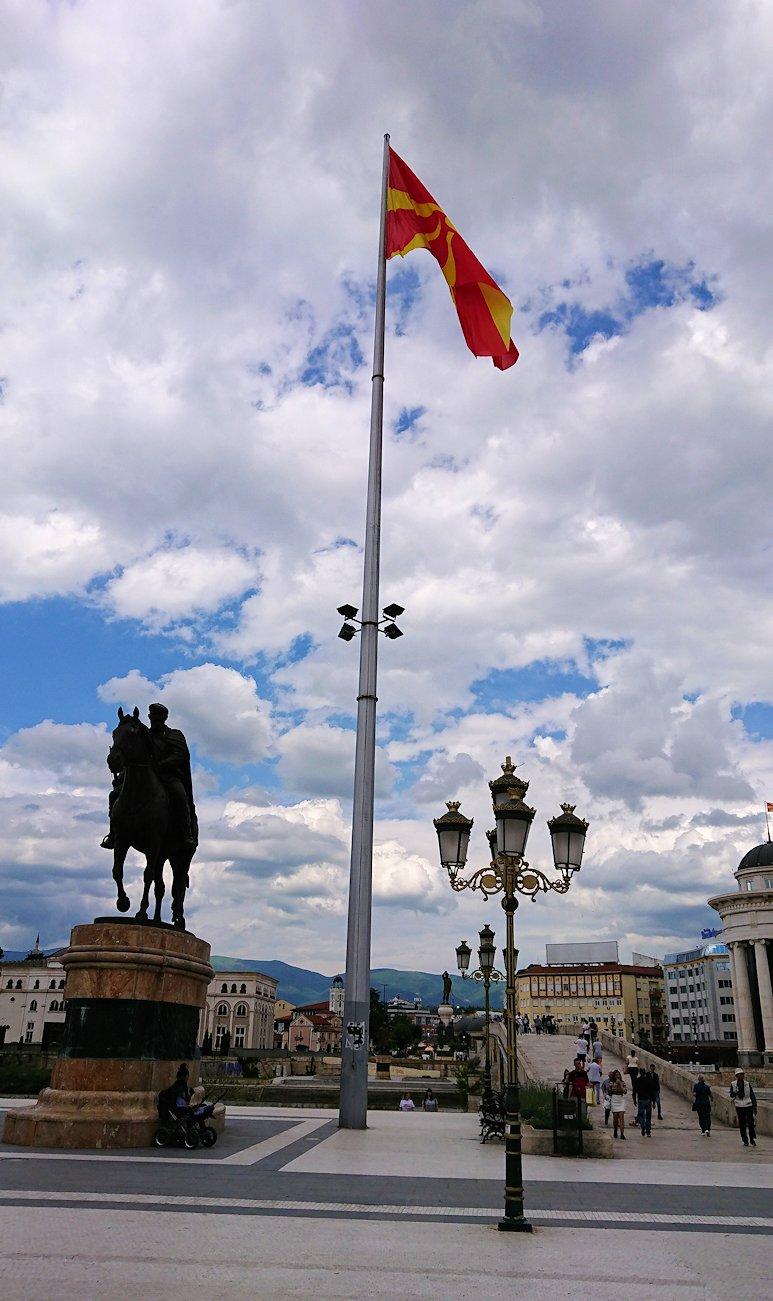 北マケドニアのスコピエ市内で石橋を渡ってマケドニア広場に進む1